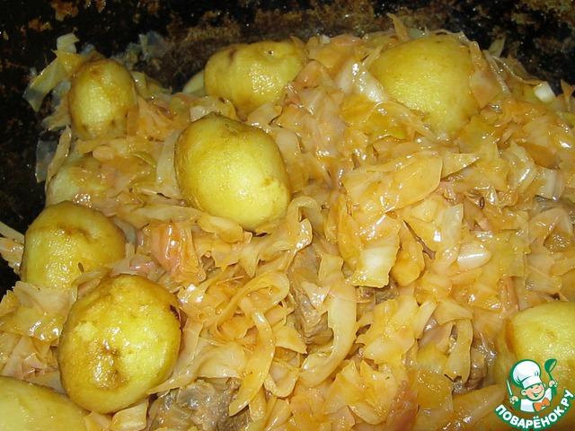 Капуста осела, можно добавлять наш обжаренный картофель. Аккуратно перемешиваем. Плотно закрываем крышкой и оставляем всё томиться на медленном огне 20-25 минут.