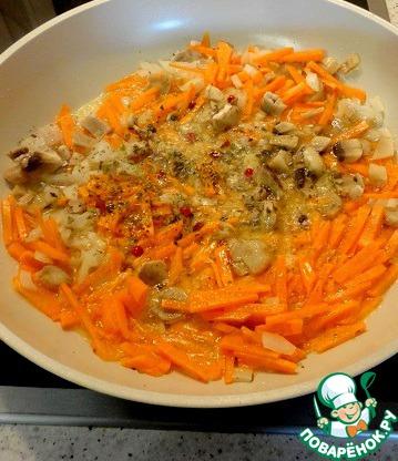Пока маринуется мясо, мелко режем лук, морковь, чеснок - 2 зубка, ножки грибов.   Пассеруем на растительном масле.    Добавить душистый перец и несколько зерен розового перца.