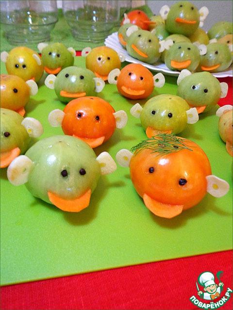 """Теперь немного кропотливой, но увлекательной работы. Вставить горошины перца - это глаза, кружки моркови - это язычок, и чесночные пластинки в боковые надрезы - это ушки, как вы уже поняли)    Хотя у нас в семье прижилось название """"зелёные человечки"""", иногда мне хочется назвать их смайликами - настолько разное у всех выражение лица )))"""