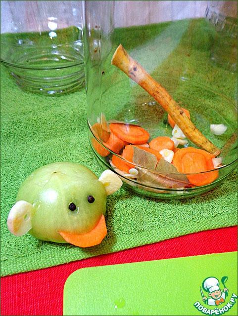 В стерилизованные банки уложить несколько кружочков моркови, чеснок, парочку лавровых листиков, у меня ещё был хрен. Веточки укропа, листья хрена, смородины, вишни - желательно тоже, но где ж взять зимой? ))) Банки я стерилизую в духовке (у меня электрическая). Вымытые с содой банки ставлю на решётку вверх дном в холодную духовку. Жду, когда нагреется до 200 градусов, и выключаю.