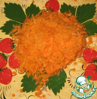 Морковь натереть на крупной терке, обжарить на подсолнечном масле.