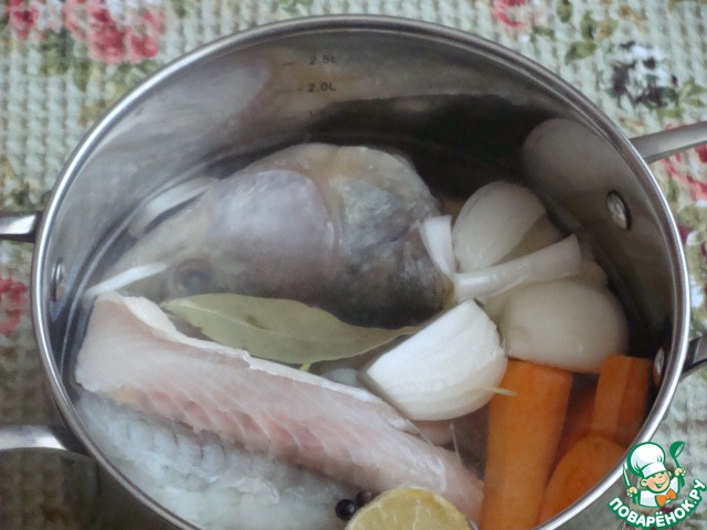 Готовим рыбный бульон.   Разделать судака - снять филе и отложить его, голову и хребет залить водой, добавить лук, морковь, лавровый лист и сварить бульон.