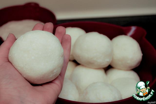 Скатать шарики размером примерно, чтобы помещались в ладонь.    Если сковорода небольшая, то шарики сделать немного поменьше.