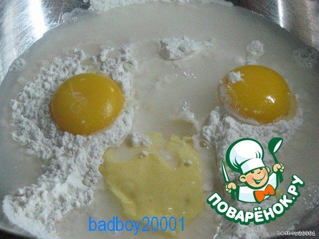 В муку добавить щепотку соли и перемешать, это важно. Потом все по порядку - сахар, яйца, растопленное с молоком сливочное масло, закваску из дрожжей