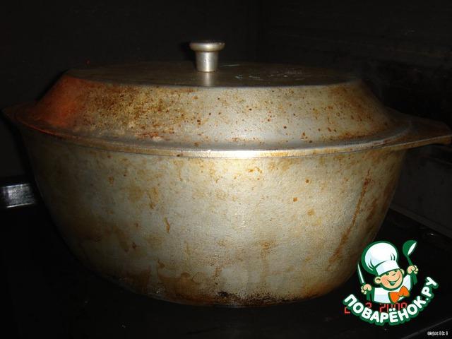 Духовку нагреть до 230-250 С вместе с чугунком, гусятницей, любой жаропрочной тарой с крышкой.