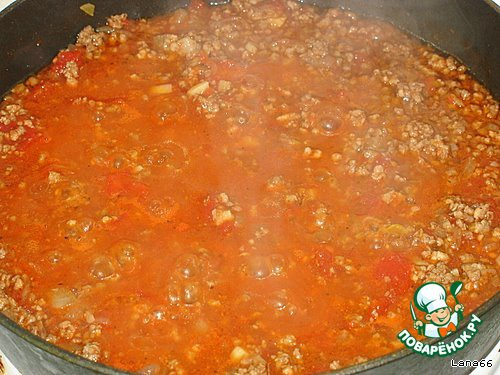 Фарш должен быть не очень жидким, но и не густым. Поэтому не выливайте сразу всю томатную жидкость. Лучше потом добавить. Пробуем, солим, перчим. И оставляем потомиться минут на 5-10.