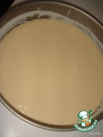 Выливаем тесто в форму. Я ее смазала маслом и присыпала манкой. Отправляем в духовку, выпекаем при температуре 180 градусов до сухой палочки. Это где-то минут 30, у кого какая духовка.
