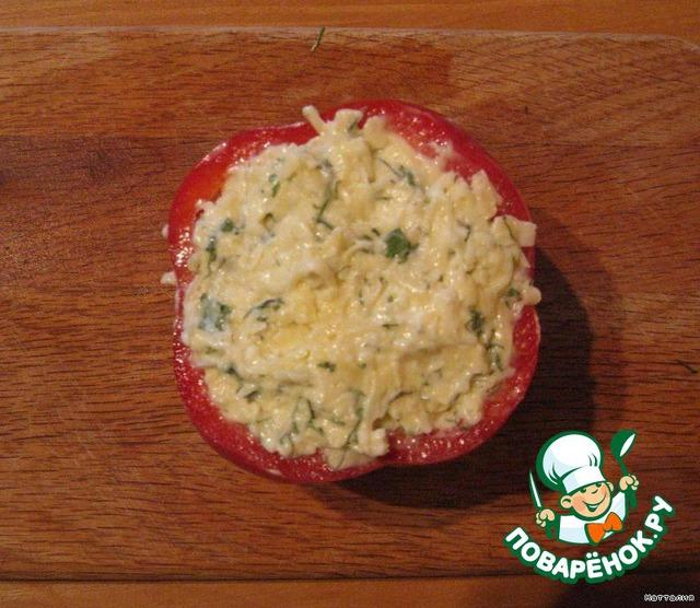 Аккуратно добавляем сырную начинку до краев.