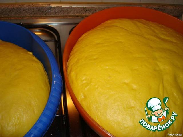 Первый раз увеличится вдвое - обмять, второй раз - ещё раз обмять, третий раз дать немного подрасти и начинать процесс выпечки.   На смазанную растительным маслом поверхность стола, выложить нужное количество теста.