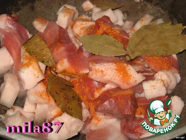 Мясо режем на крупные куски, сало также режем. Раскаливаем казан и высыпаем мясо, приправляем специями, кидаем лавровый лист и жарим, пока сало не начнет плавиться. Затем убавляем огонь и обжариваем мясо почти до готовности.