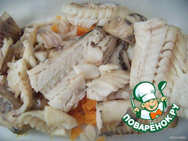 Отвариваем рыбу в подсоленной воде (в идеале - с добавлением сухих семян укропа, завернутых в марлю), остужаем, отделяем филе.
