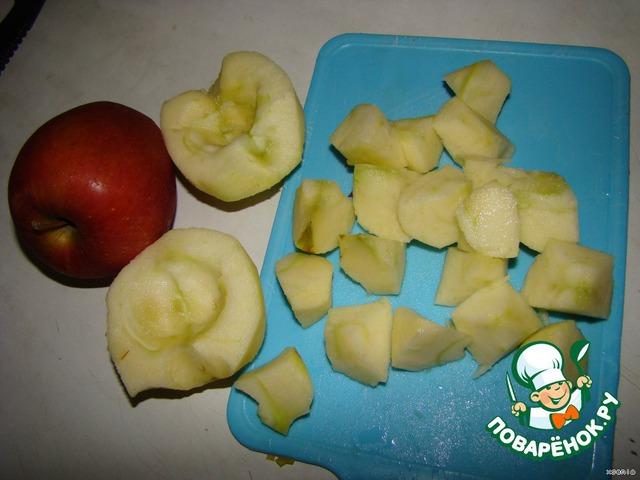 Яблоки чистим, удаляем сердцевину, режем на кусочки