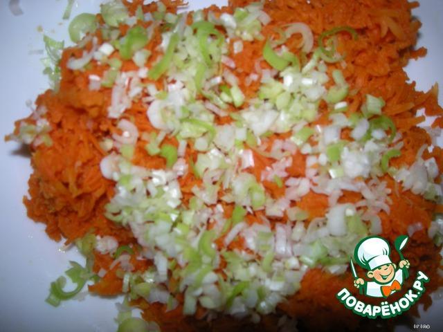 К моркови - тертый белок и чуть измельченного чеснока.