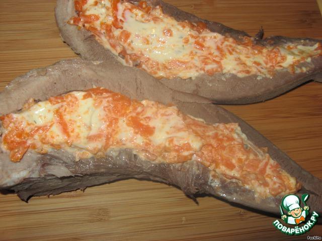 Подготовленный язык разрезать вдоль на две половинки, середину удалить и нафаршировать морковно-сырной смесью.