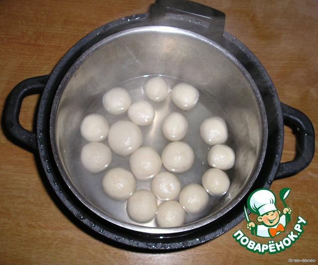 Теперь поставьте эту кастрюлю в холодную воду, накройте крышкой и оставьте примерно на сутки. За это время шарики хорошенько пропитаются сиропом и вы получите замечательные расгуллы.