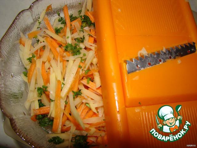 Натрем на терке с крупной решеткой (я взяла терку для корейских салатов). Не натирайте в кашу... нет терки - нарежьте соломкой толщиной 3-5 мм. Если это капуста или перец, нарежьте соломкой. Зелень мелко нарежьте, смешайте с овощами