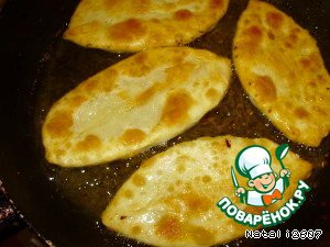 Жарить на сковороде с растительным маслом до золотистой корочки. Это очень вкусно!!! Я своим домочадцам жарю не только в поездку, и им они очень нравится! Съедается мгновенно!!! Приятного аппетита!!!