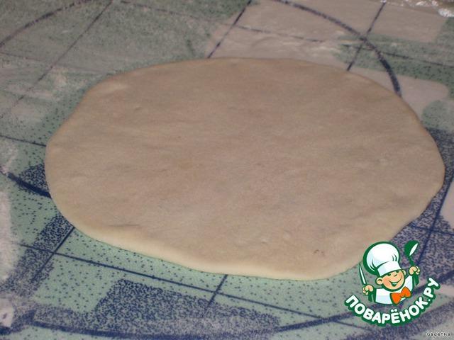 А дальше аккуратно раскатать скалкой как можно тоньше (4-5 мм толщиной).