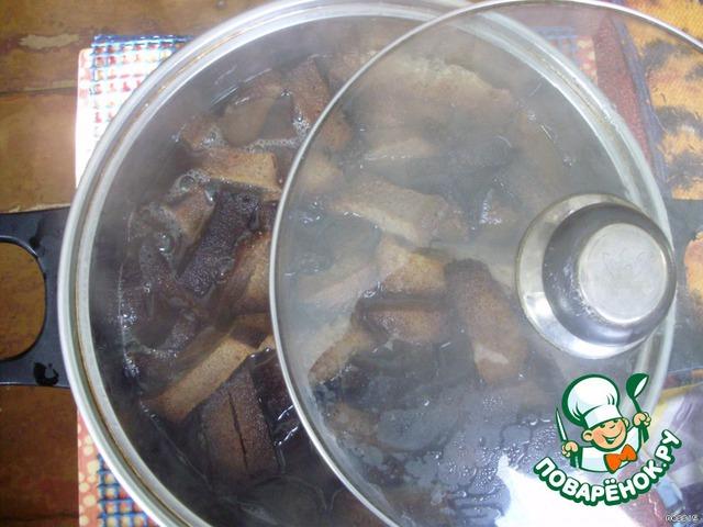 Заливаем сухарики 3 литрами кипятка, закрываем крышкой и оставляем до остывания