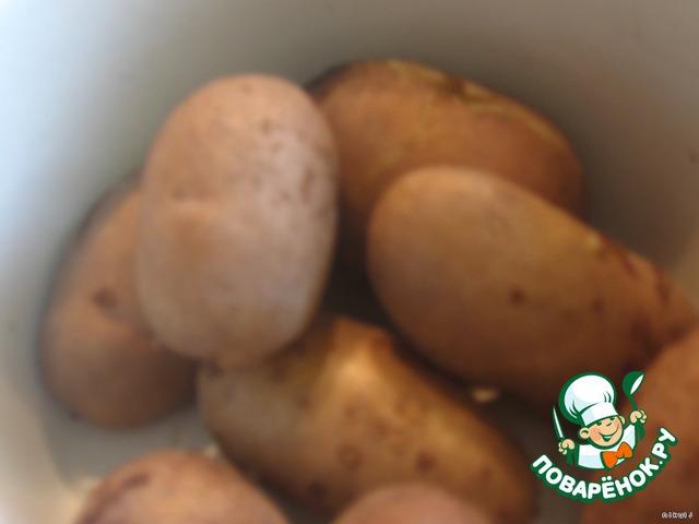 Картошку отварить в мундире до готовности в подсоленной воде. Дать немного остыть, почистить.
