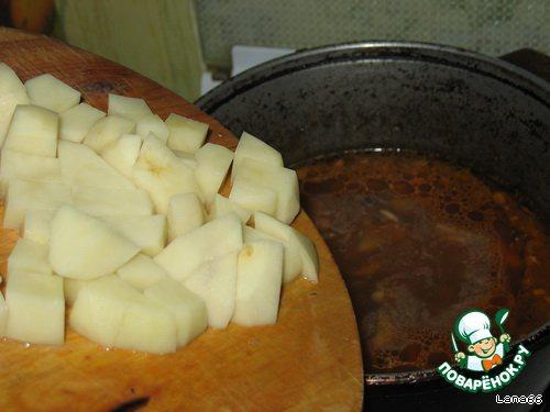 Добавить нарезанный кубиками картофель. Если вы не используете приправу Вегета, то добавьте соли.