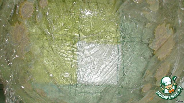 Глубокую форму смазать растительным маслом и застелить пищевой пленкой.