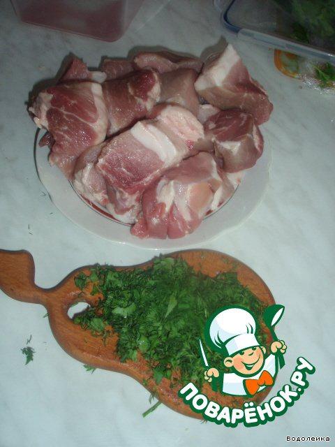Мясо режем крупными кусками, зелень режем не очень мелко. Из зелени у меня свежие были укроп и петрушка, а базилик и розмарин я взяла сухой, где-то по 1 ч. л с горкой. Кинзу я заменила на молотый кориандр (т. к. в натуре я ее не люблю)