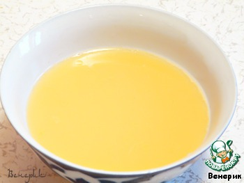 Разбить одно яйцо, взбить и смешать с небольшим кол-ом воды, примерно 3 ст. л., посолить.