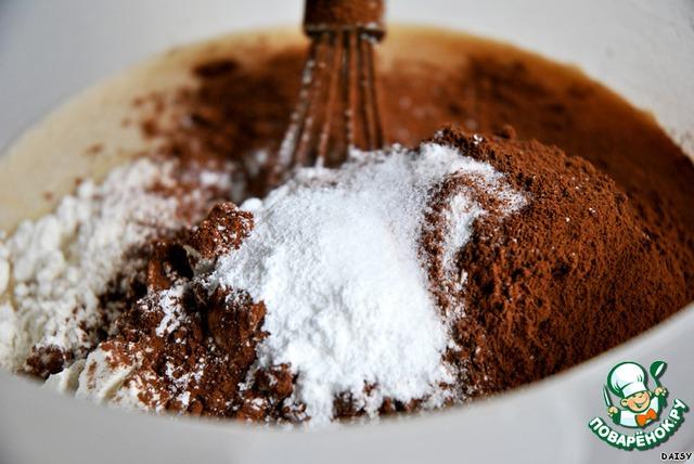 Добавляем муку, какао, разрыхлитель теста и соль, снова взбиваем.   На этом этапе можно добавить кусочки шоколада или другой наполнитель, но и без них кекс очень хорош.