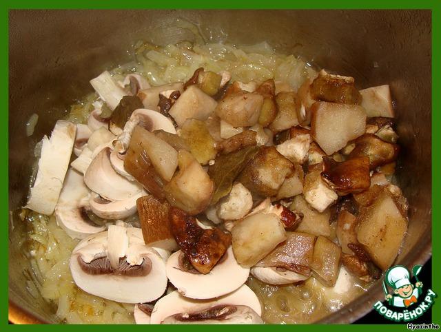 Грибы добавляем к обжаренному луку,   а также добавляем соль, черный перец (щедро), щепотку мускатного ореха.    Перемешиваем.