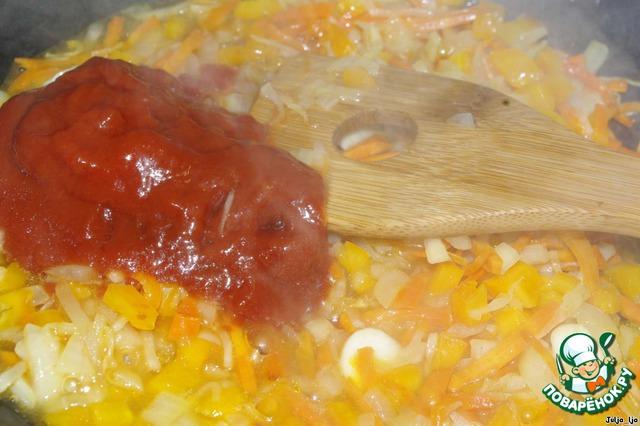 Добавляем томатную пасту (летом только помидоры, сейчас это бесполезно, так как они безвкусные. Но можно использовать томаты в собственном соку, у меня их в этот момент просто не было), немного обжариваем её и потом добавляем немного бульона (из кастрюли, в которой варятся свекла и грибы), тушим минутки 3-4.