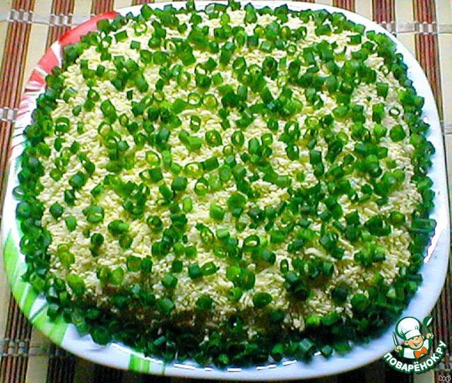 Порезать мелко зеленый лук и посыпать салат, положить в холодильник для пропитки на 2-3 часа.