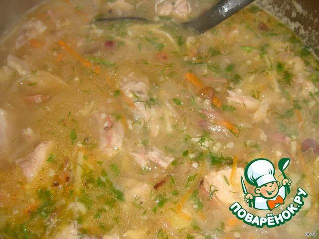В самом конце добавляется зелень, и только теперь можно по вкусу присолить. Учитывая, что окорок и капуста довольно соленые, соли может понадобиться совсем немного. Доводим до кипения и выключаем.   Щи получаются наваристые, густые. Это то блюдо, в котором соотношение жидкости и гущи очень высокое. Практически это нечто среднее между первым и вторым блюдом.