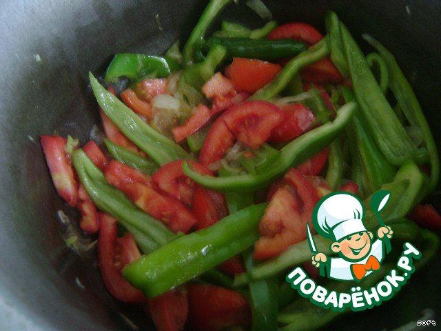 Через пару минут добавить нарезанные помидоры.