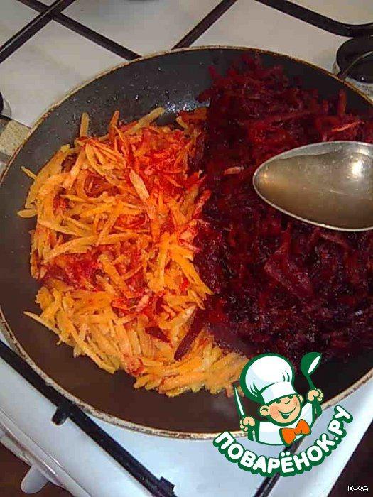 4 Сковороду разогреть, налить немного растительного масла. Выложить натёртые на КРУПНОЙ терке морковь и свёклу. Сразу влить 2 ст. л. уксуса (если используется эссенция, то нужно разбавить) и 1 ст. л. сахара. Перемешать, накрыть крышкой и оставить тушиться минут на 15.    ВАЖНО! Именно тушиться, а не жариться.     Если свёкла не очень сочная, добавить пару ложек бульона.     В конце положить тёртый на тёрке помидор.