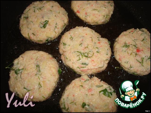 На раскаленную сковороду налить немного растительного масла, сформировать из крабовой массы биточки и жарить до золотистой корочки.
