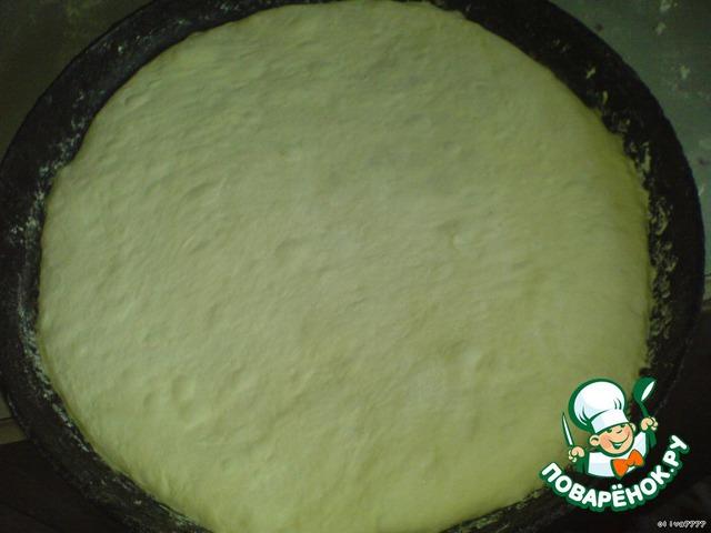 Выложить пирог на широкую сковородку (эту сковороду я привезла из Осетии) или на лист и уже растягивать их до диаметра сковородки или ширину листа. Кладут на сухой лист, но я промазываю чуть маргарином. Осетинские пироги обычно где то 30 -35 см. в диаметре, но я видела и меньше.   Нужно сделать дырочку для выхода воздуха.