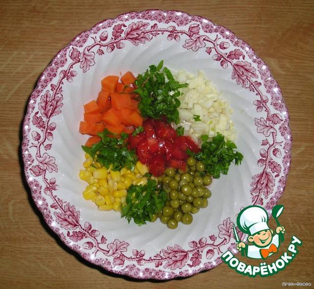 Пока варится картошечка, смешайте нужные нам ингредиенты- горошек, кукурузку, зелень, мелко нарезанные морковку, помидорку, лучок и чесночок.