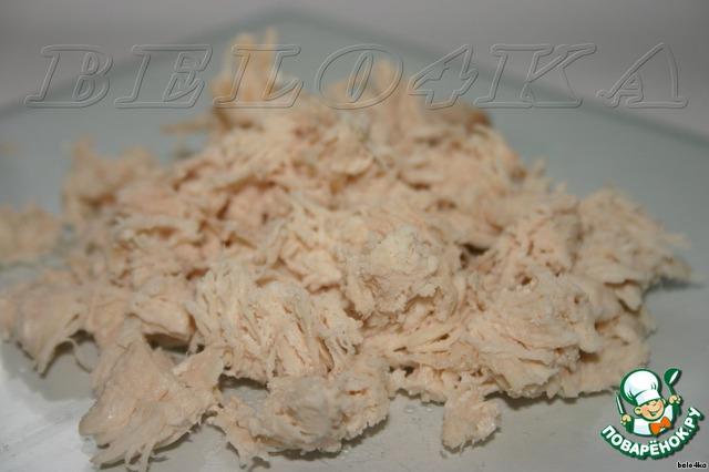 Отварное куриное филе режем поперек волокон, чем мельче, тем лучше.