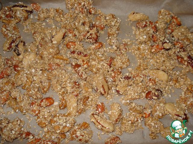Выложите орехи на лист пергамента в один слой и выпекайте 20 минут.