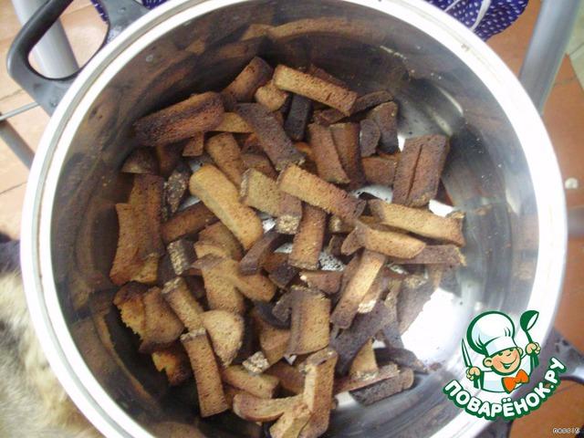 Хлебушек режем и зажариваем в духовке до золотистого цвета (если хотите придать квасу горчинку, значит зажариваем больше),    высыпаем все в кастрюльку