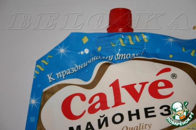 У пакетика с майонезом отрезаем уголок, чтобы образовалась маленькая дырочка.    Не забудьте предупредить домашних, что у этой пачки срезан уголок, как начнут потом давить, а он изо всех дыр полезет... убирать-то вам придется :).
