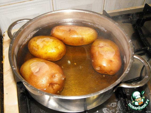 Картошку следует выбирать продолговатой формы и сорт, который не разваривается. Отварить в соленой воде, обдать холодной водой и очистить.