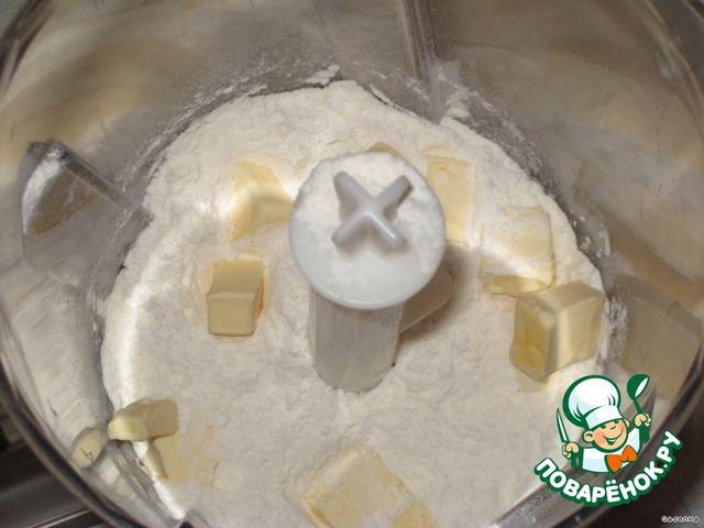Муку просеять с разрыхлителем, добавить холодное масло, кусочками и перемолоть в масляную крошку.