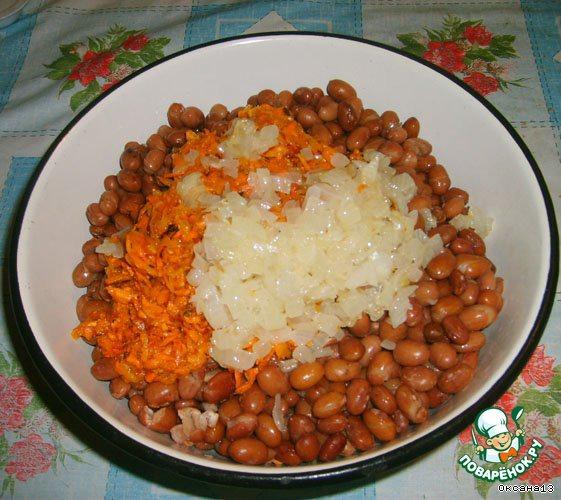 Смешать фасоль, лук и морковь, немного посолить по вкусу