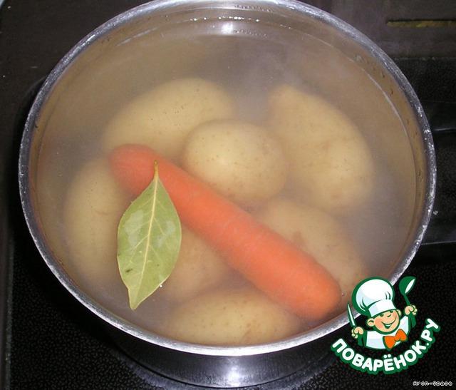 Теперь давайте сварим картошечку и морковь.   Добавьте в воду немного соли и лавровый листик (для аромата). Морковку варите минут пять, до полуготовности, а картошечку варите до мягкости минут 20-40 (в зависимости от размера). Картошку и морковку следует варить в кожуре. Так получается вкуснее и сохраняются все витамины.