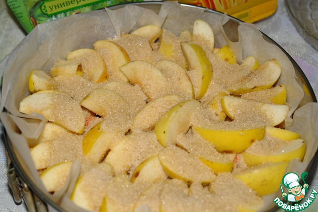 Засыпать яблоки одним стаканом сахара.   Поставить в разогретую до 200 градусов духовку.