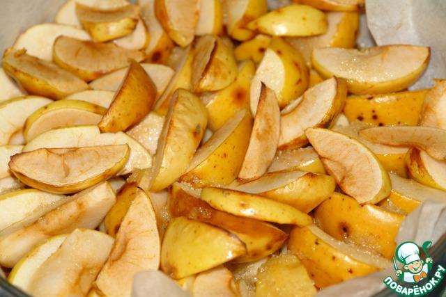 Запекаем в течение 30-40 минут. Время и температуру регулируйте по своей духовке. Яблоки должны запечься, а сахар слегка карамелизоваться.