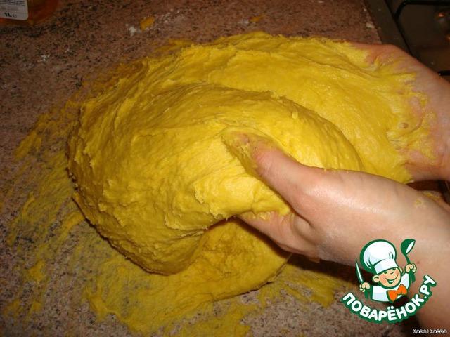 Когда вся мука добавлена (убрать её в шкафчик, она больше не понадобится).   Вымешивать тесто с самоотдачей, чтобы потом спина была мокра я (круче любой зарядки))), периодически смазывая руки растительным маслом.