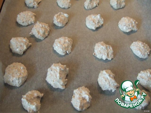 Нагреть духовку до 160*C.   Противень выстeлить бумагой для выпекания. С помощью двух маленьких ложечек выложить белковую массу на противень и выпекать минут 15- 18.